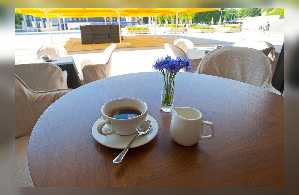 Füüsikud tegid selgeks, miks kohv nii kergesti tassist maha loksub