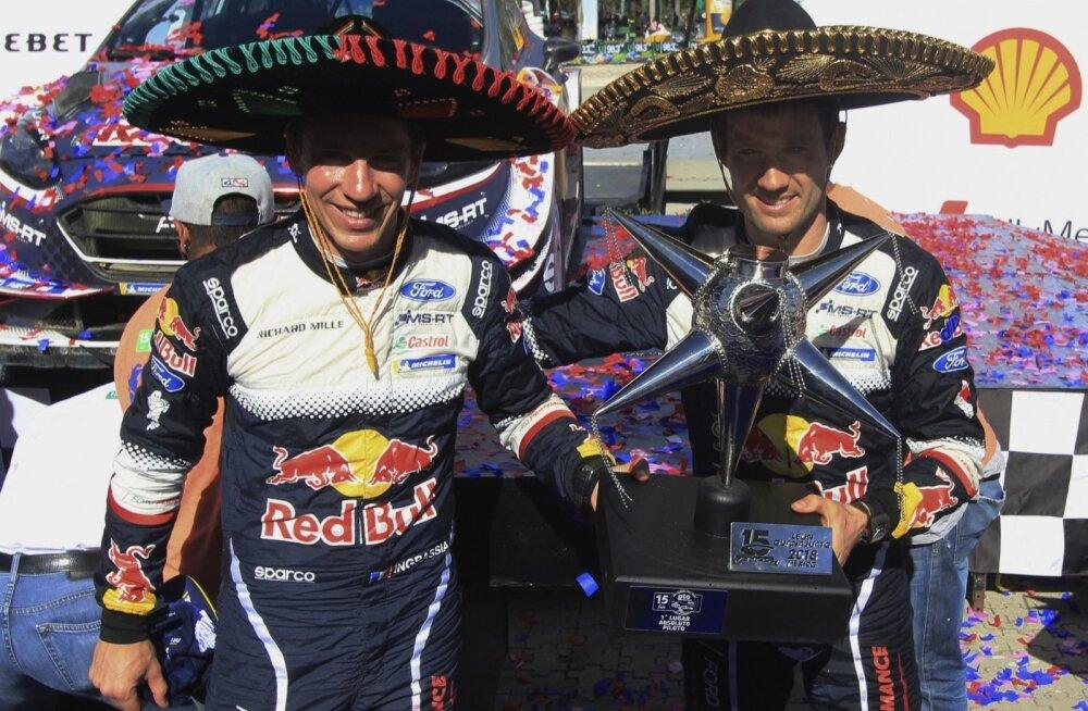 Sebastien Ogier (paremal) koos kaardilugeja Julien Ingrassiaga tähistamas Mehhiko ralli võitmist.