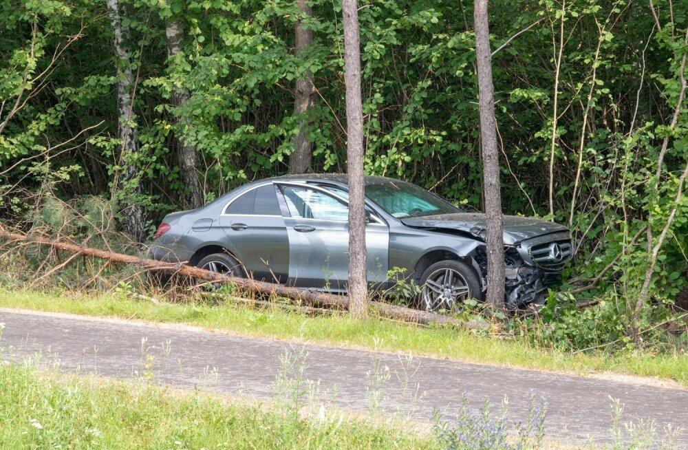 Liiklusõnnetus Saaremaal, Tahulas, Mercedese juht jäi magama