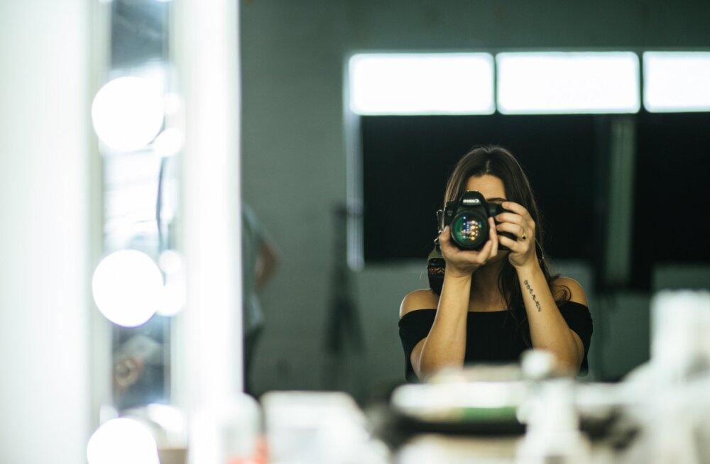 7d58599e21e 7 lihtsat nippi selfie-kunstis: kuidas end osavalt peeglist pildistada