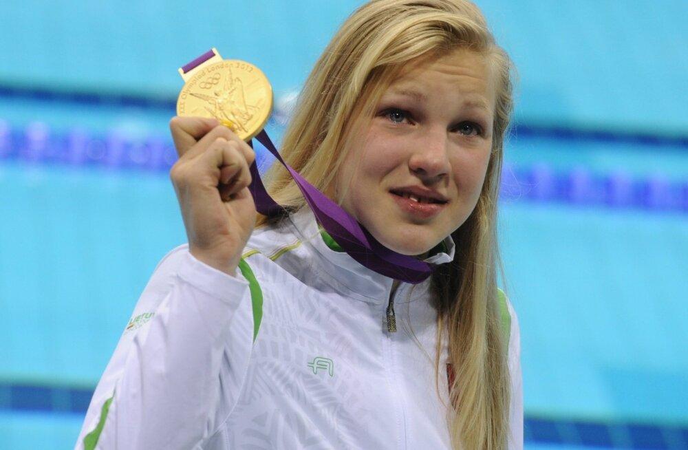 Ruta Meilutyte 2012. aasta Londoni olümpiakullaga.