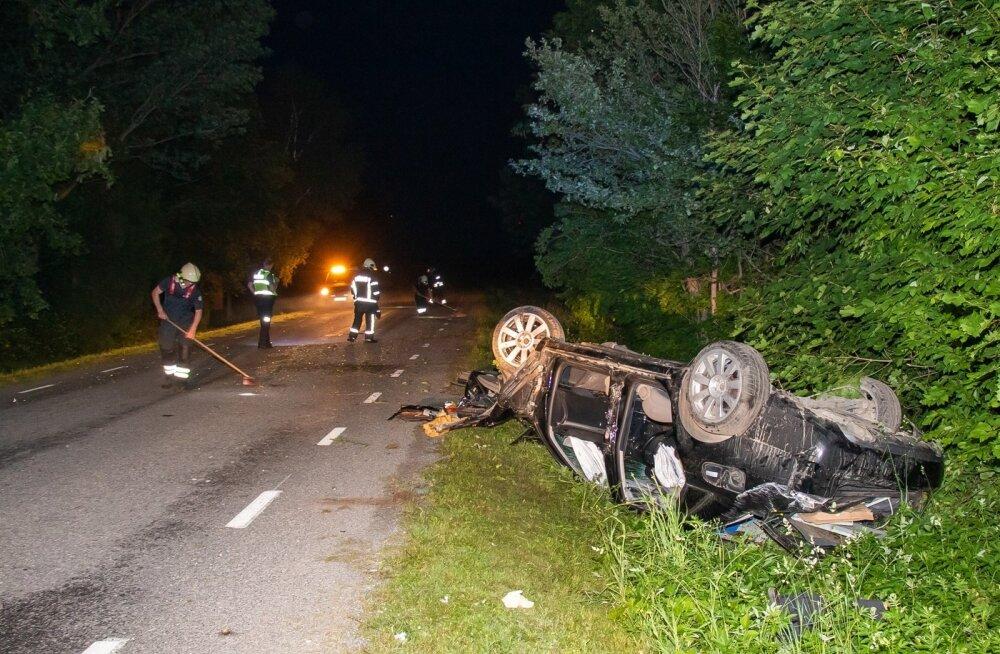 Liiklusõnnetus saaremaal, juht lõigati autost välja