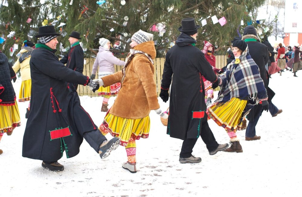 Aasta viimasel päeval koguneb üle Eesti mitu tuhat tantsuentusiasti, kes kuueteistkümnes Eesti linnas kell kolm sünkroonis balletti, show-tantsu, eesti tantsu ja kaasaegset tantsu keerutama hakkavad.