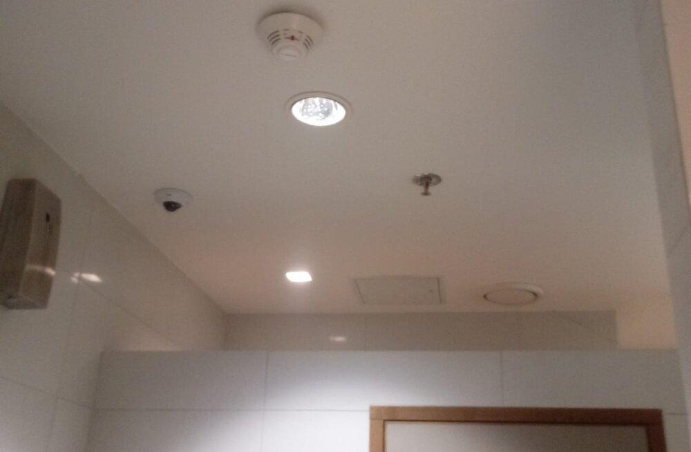 Viru keskuse naiste WC lagi, kus vasakul üleval kaamerat näha