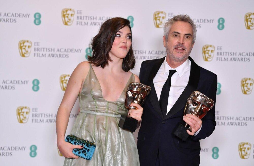 Alfonso Cuarón ja tema tütar Tessa poseerivad parima filmi ja režissööri trofeedega.