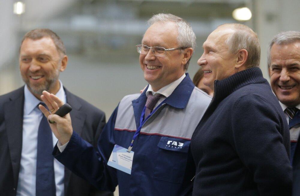 Oleg Deripaska (vasakult), GAZi peadirektor Vadim Sorokin ja Venemaa president Vladimir Putin GAZi tehases Jaroslavlis.