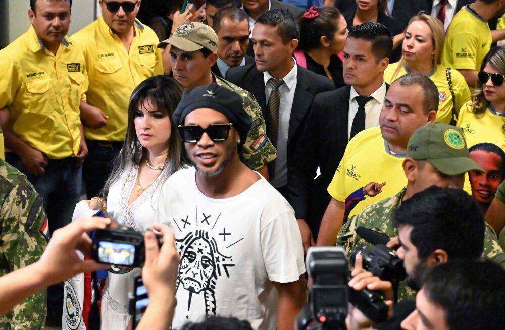 Brasiilia jalgpallilegend Ronaldinho sattus võltsdokumentidega riiki sisenemise eest uurimise alla