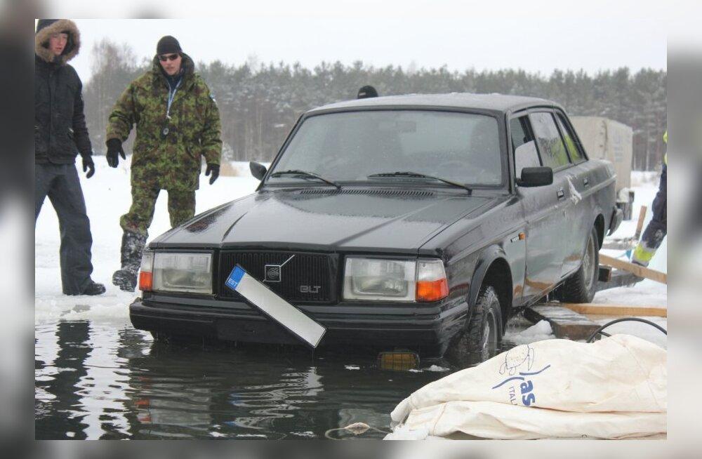Männikul autode päästmine