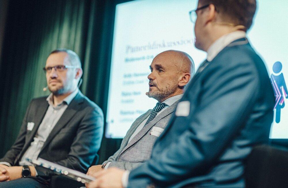 Raivo Hein (keskel) pensioniarutelul
