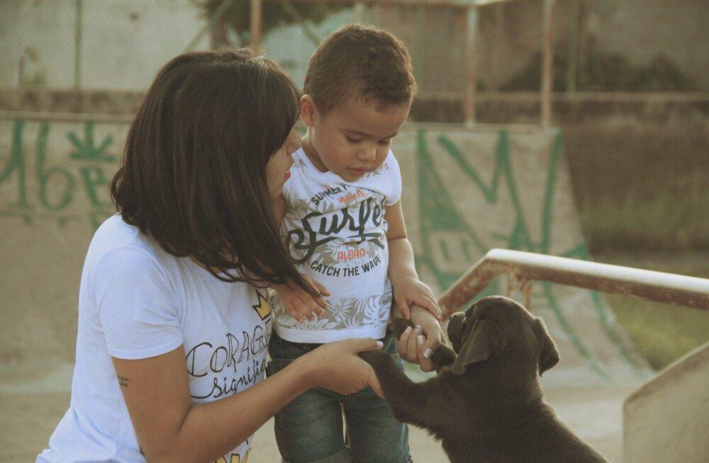 У 2-летнего мальчика и щенка оказался один и тот же врожденный дефект. Теперь они лучшие друзья