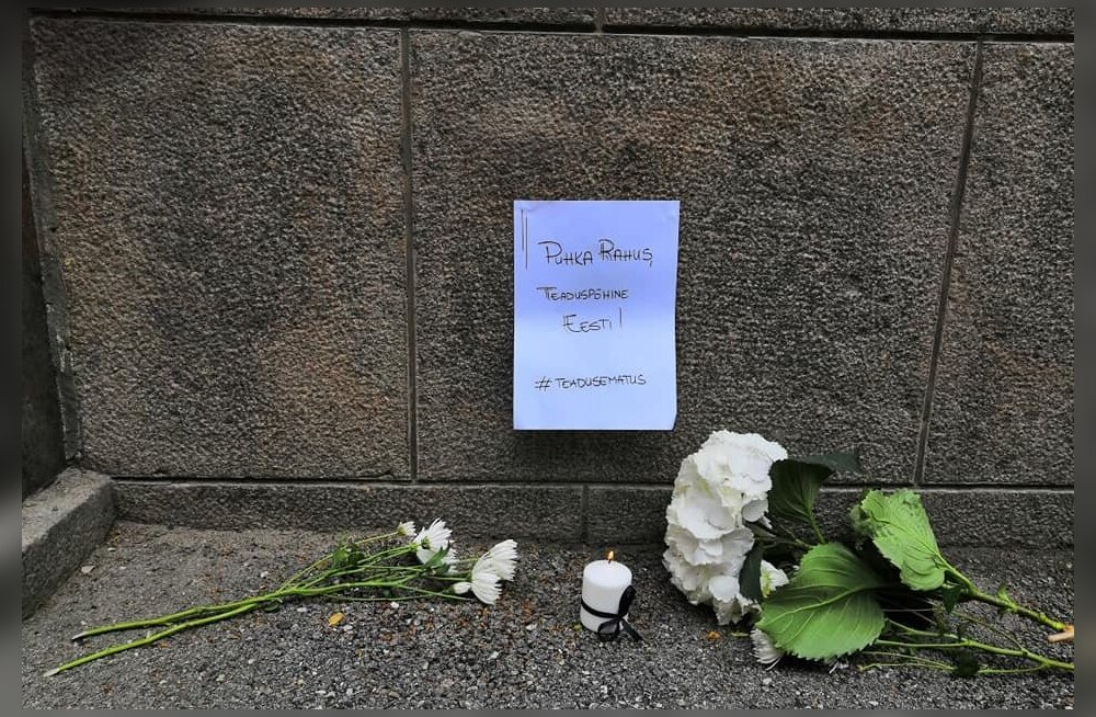 ФОТО: Нынешнее финансирование смерти подобно? Перед Министерством образования устроили похороны эстонской науки