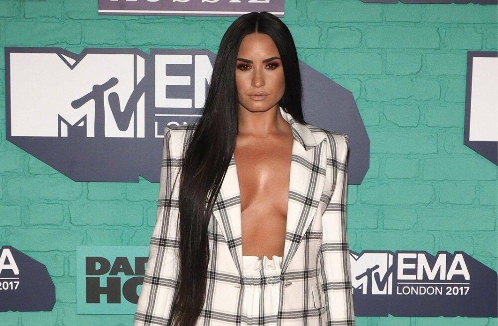 Uus silmarõõm? Võõrutusravilt naasnud Demi Lovatot nähti nägusa noormehe seltsis