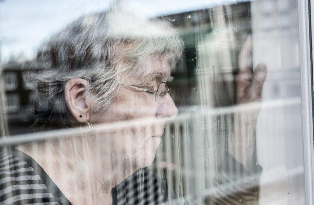 Depressiooni all kannatav eakas inimene eelistab sageli omaette olla ja isoleerib end teistest vabatahtlikult.