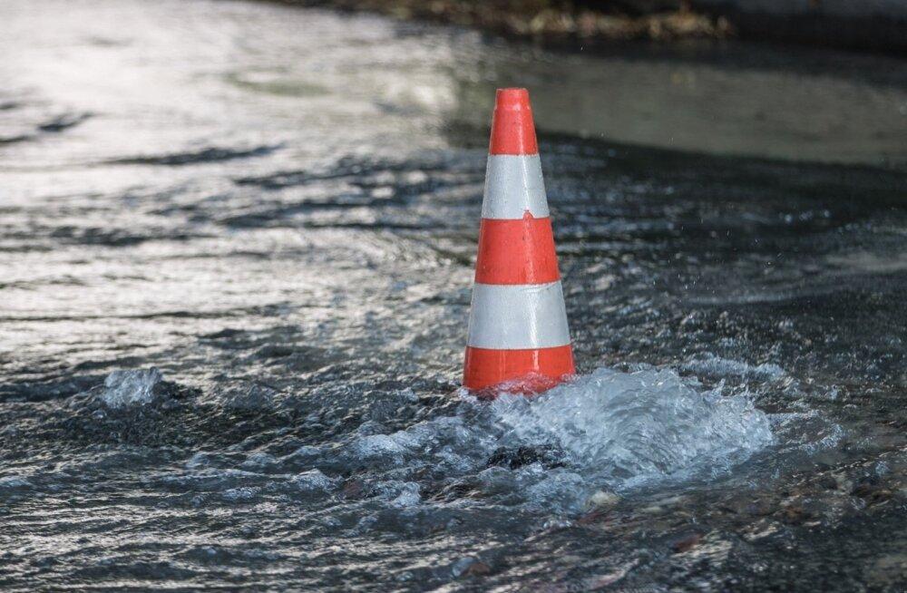 Авария канализации сильно нарушила движение на бульваре Кадака