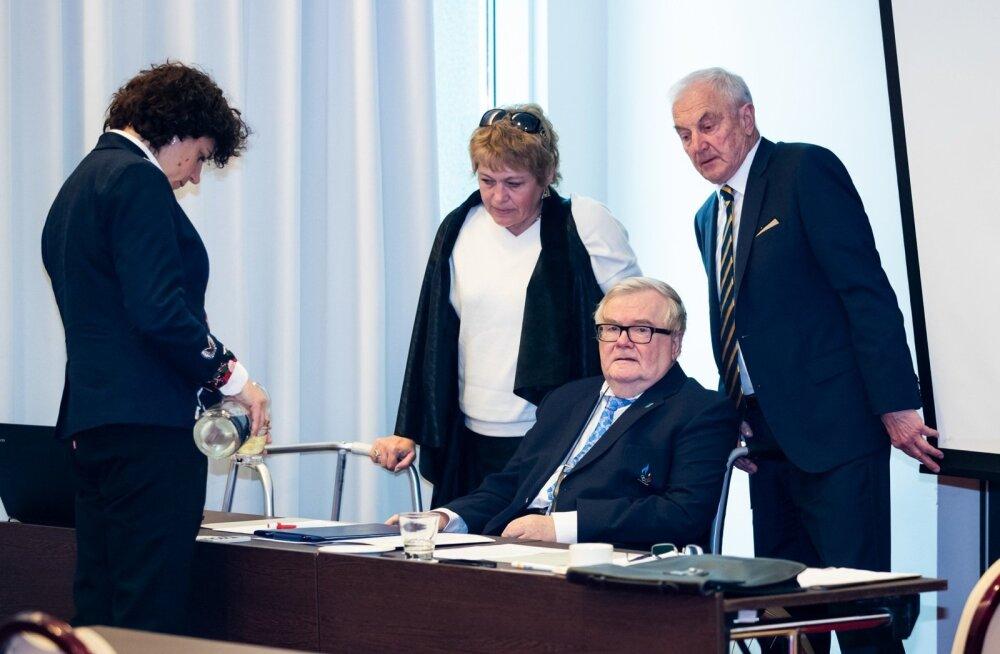 Edgar Savisaar (istub) oli kolmapäeval viimast päeva uisuliidu president. 77-aastane peasekretär Gunnar Kuura (seisab) jätkab ka pärast võimuvahetust.