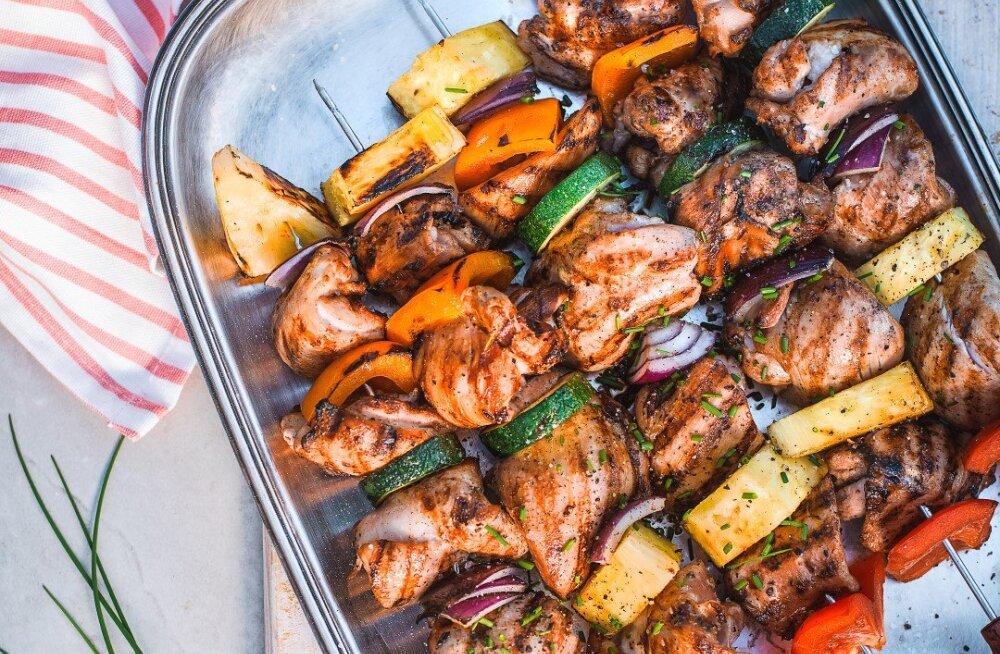 RETSEPT | Tervislik suvegrill: kanavardad ananassi ja köögiviljadega
