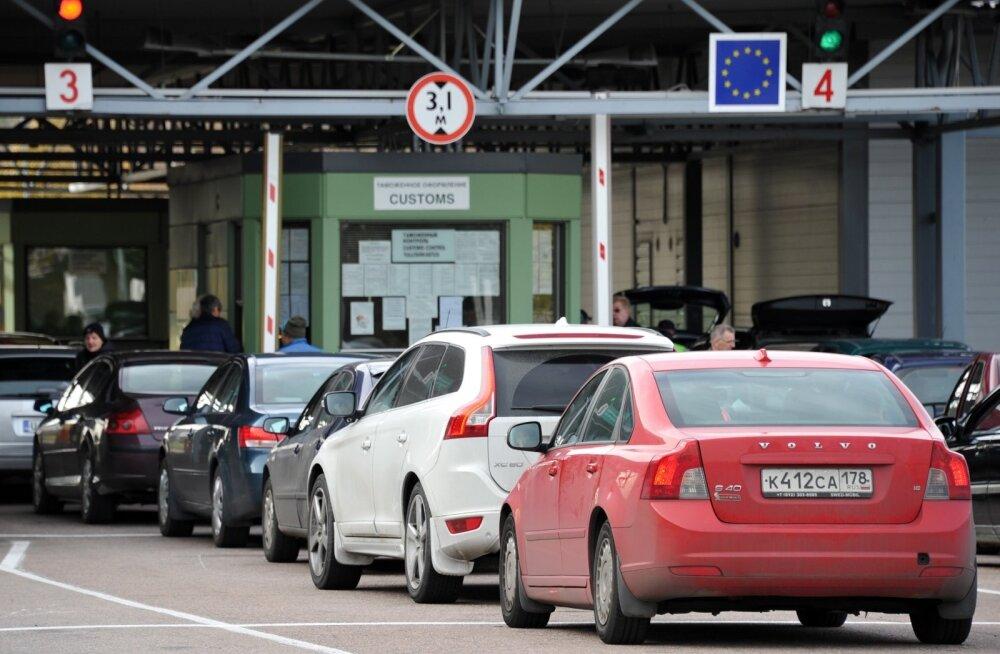 Из-за нового российского таможенного закона и на границе Финляндии с РФ образовались километровые очереди из автомобилей
