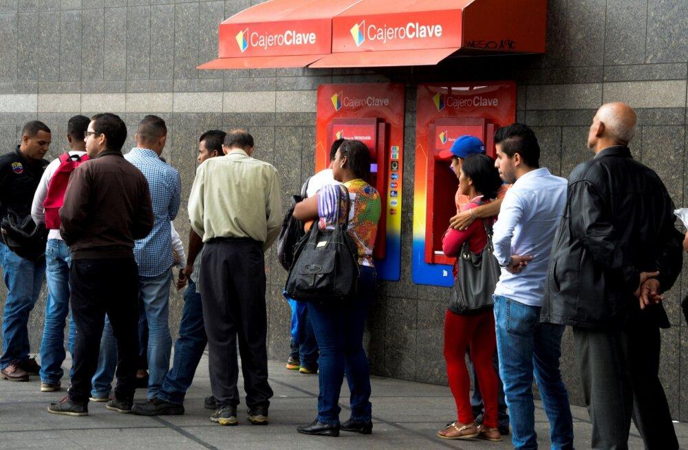 Ühe dollari jagu kohaliku raha on Venezuelas pangast väljavõtmiseks üle mõistuse suur summa