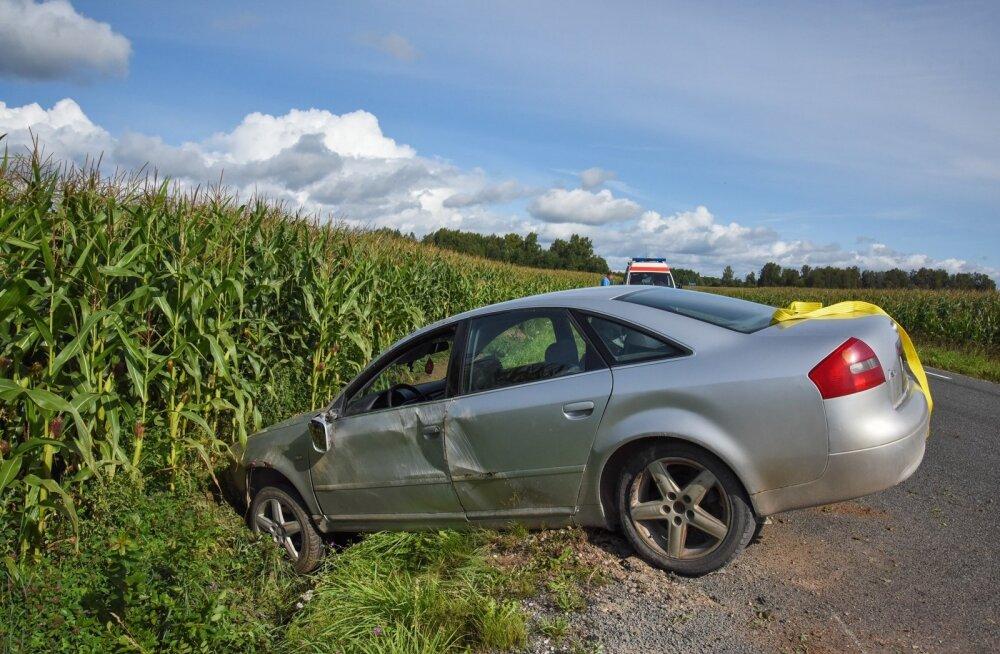 Viljandimaal sõitis auto kraavi tähelepanematuse tõttu
