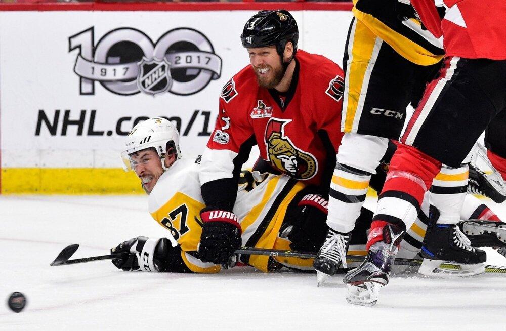 Pittsburghi kapten Sidney Crosby on jääle kukutatud