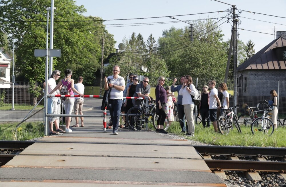 ФОТО DELFI: На железнодорожном переезде Веэренни состоялась акция протеста: он опасен