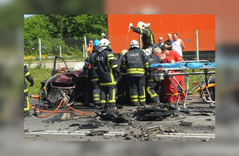 ФОТО: В Кохтла-Ярве произошла тяжелая авария — один погиб, четверо в больнице
