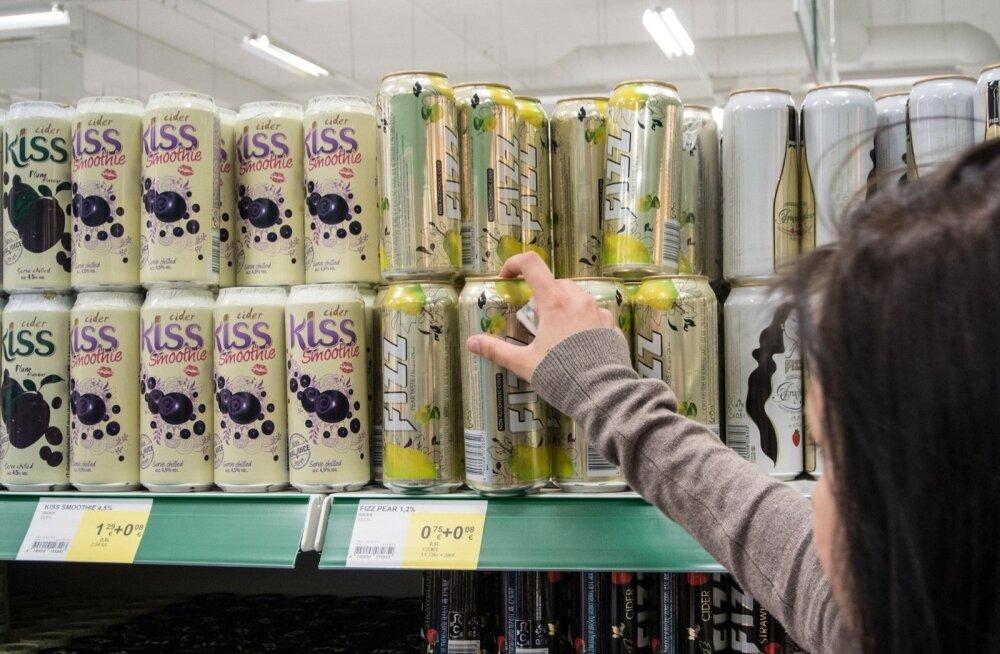 Около половины продавцов не спрашивает у покупающей алкоголь молодежи документы