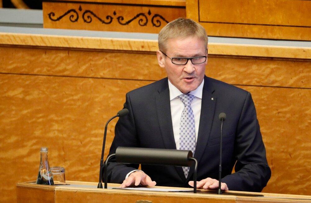 Uued ministrid riigikogu ees ametivannet andmas