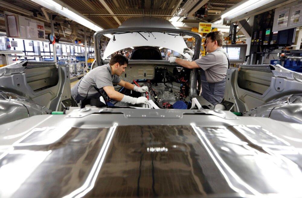 Münchenis Zuffenhauseni tehases aitavad robotid töölistel Porschesid kokku panna.