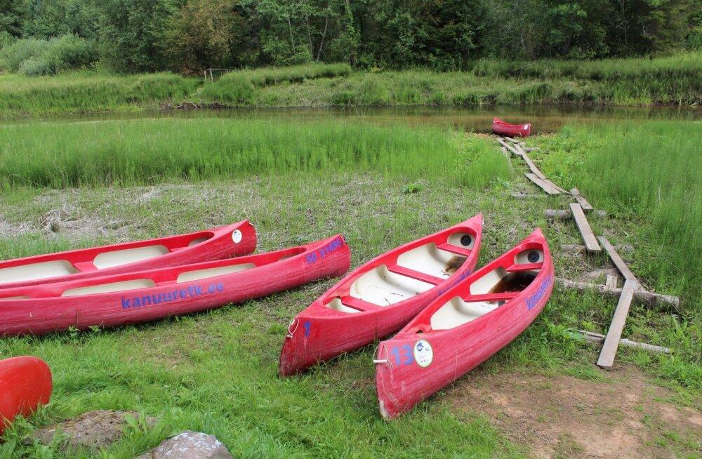 Kuival seisvad kanuud. Varem oli selles kohas vesi.