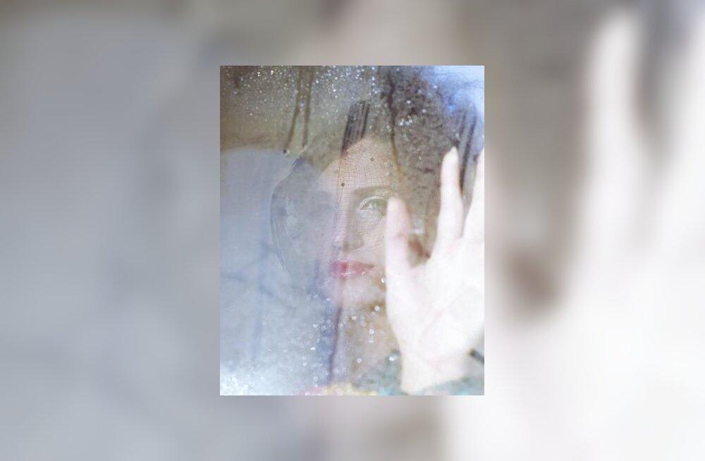 Mõtlik naine ja vihmamärg aken
