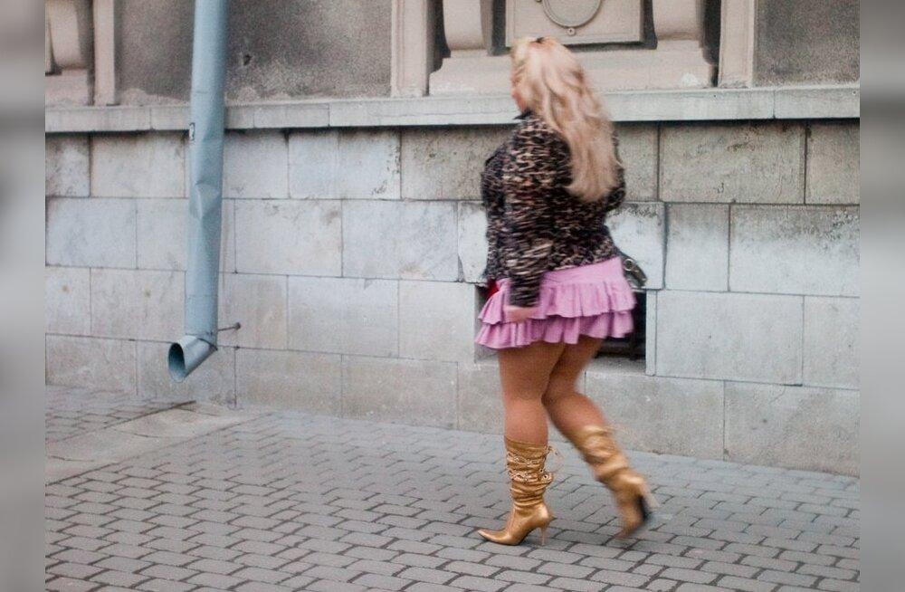 Видео толстые на улице в мини юбках