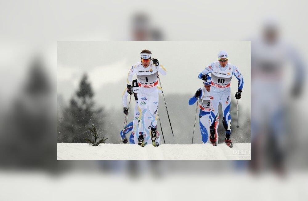 Timo Simonlatser (paremal) Tour de Ski sprindietapil Oberstdorfis, suustamine