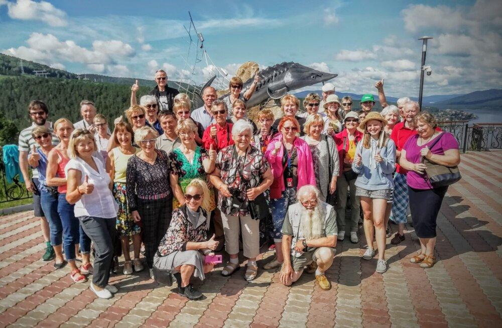 Maalehe Siberi reisiseltskond Jenissei jõe ääres Ovsjankas, kalade kuningale - tuurale püstitet ausamba juures.