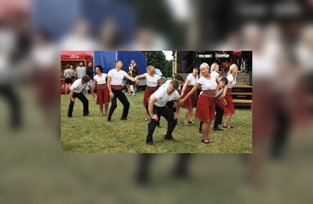 """""""Nii ja naa"""" esinemine Kamari järvepeol 14. juulil."""