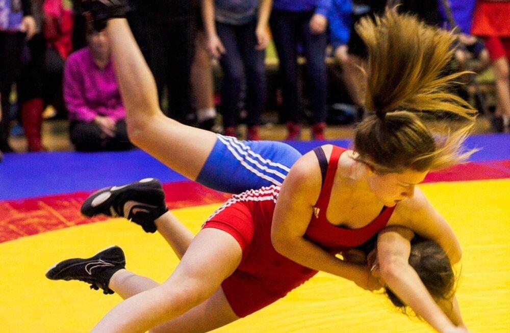 Nele Truber (punases) finaalheitluses Polina Sahnoga. Kiirus, paindlikkus, sitkus – kõik need omadused paistavad matil välja.