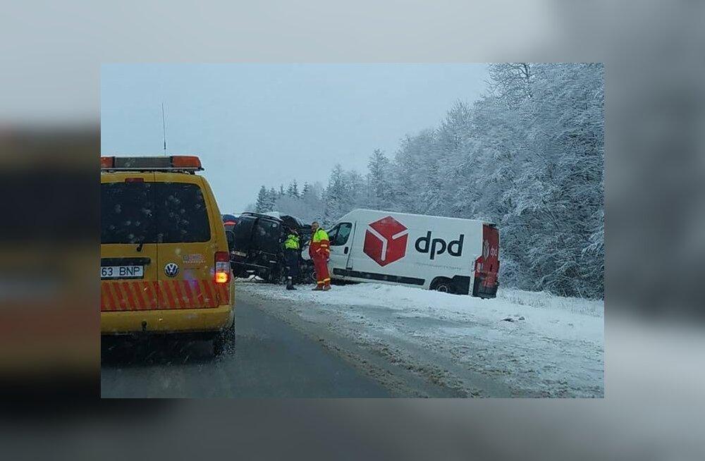 ФОТО: В столкновении двух фургонов в Пярнумаа погиб водитель