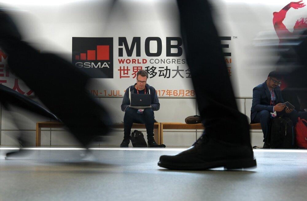 Sagimine Barcelona mobiilimessil, taustal paistmasselle Shanghais toimuva sõsarmessi reklaam!
