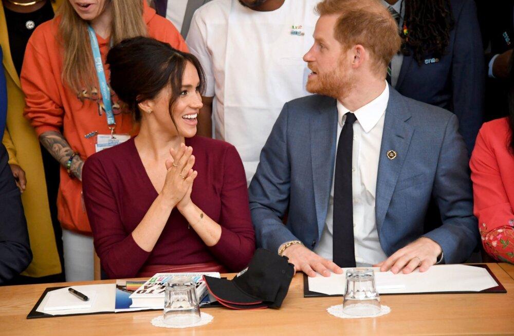 Ootamatult teisel pool kaamerat: Meghan Markle ja prints Harry aitasid piknikku pidanud abielupaaril oma söömaaega jäädvustada