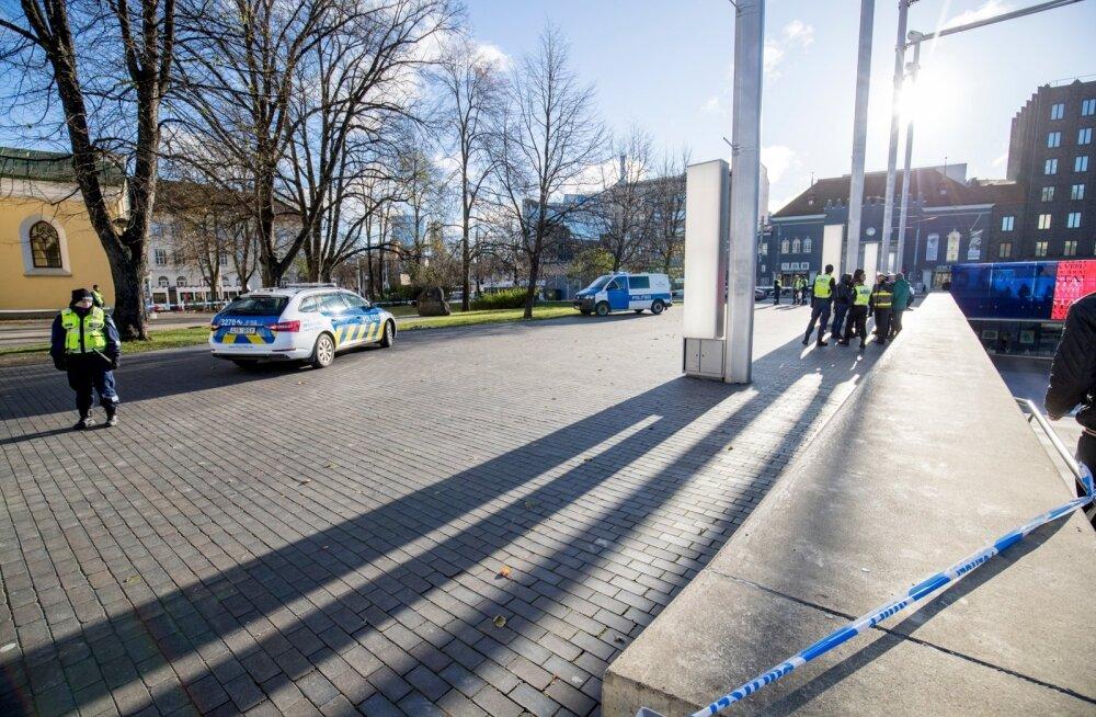 Vabaduse väljakul tulistati noaga politseid rünnanud meest
