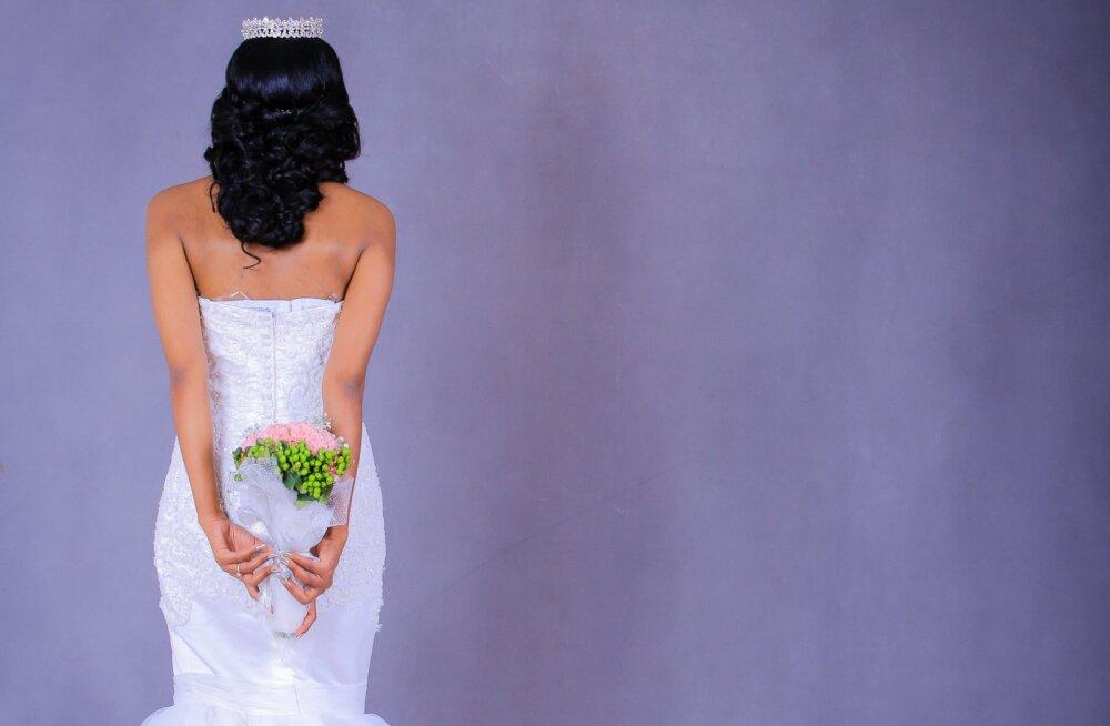 """Uskumatu lugu! Ülbe ja südamepõhjani solvunud pruut oli sunnitud pulma ära jätma, sest ta sõbrad ei olnud nõus """"sissepääsu"""" eest üüratuid summasid maksma"""