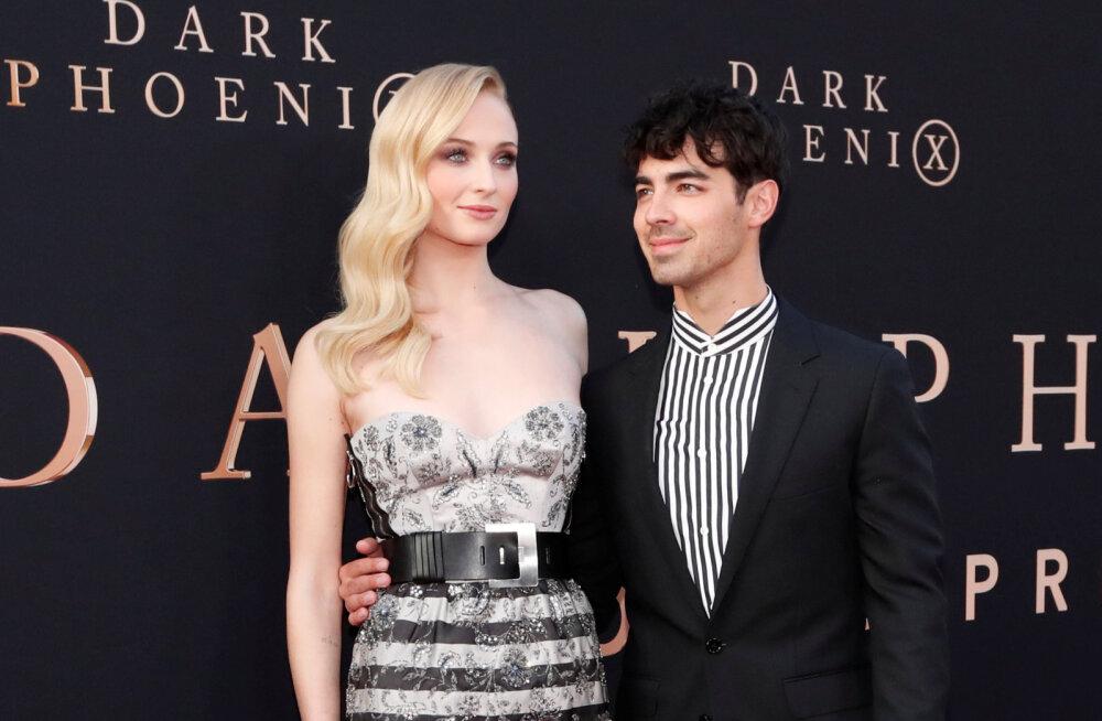 """Oma naist ei tunne või? Sophie Turneri värske abikaasa suudles """"Troonide mängu"""" võttel äärepealt kehadublanti"""
