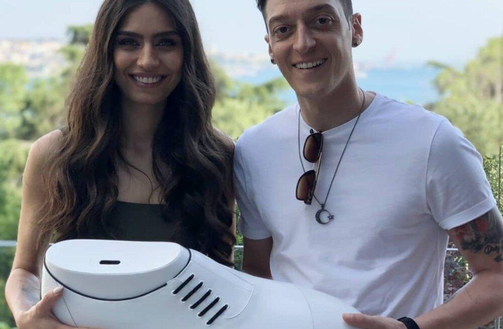 Mesut Özil tähistab koos naisega pulma suure heategevusprojektiga: üheskoos kaetakse 1000 lapse operatsioon