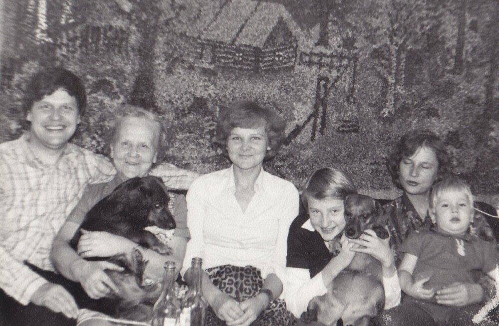 VALENTINE LASTEGA: Kuusalus 1979. aastal (vasakult) poeg Randar, Valentine, Malle, lapselaps Anu Holmberg, Viivi. Puudub Aleksander. Seinal Valentine tehtud vaip.