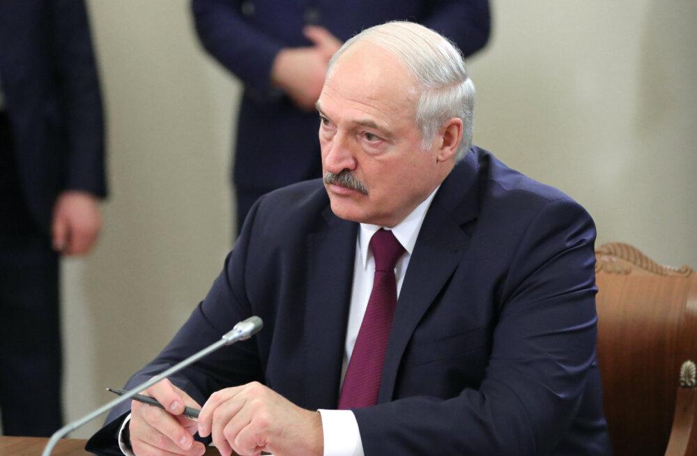 Лукашенко назвал Запад и НАТО гарантами суверенитета Белоруссии. Но идущие на Москву танки Минск постарается остановить