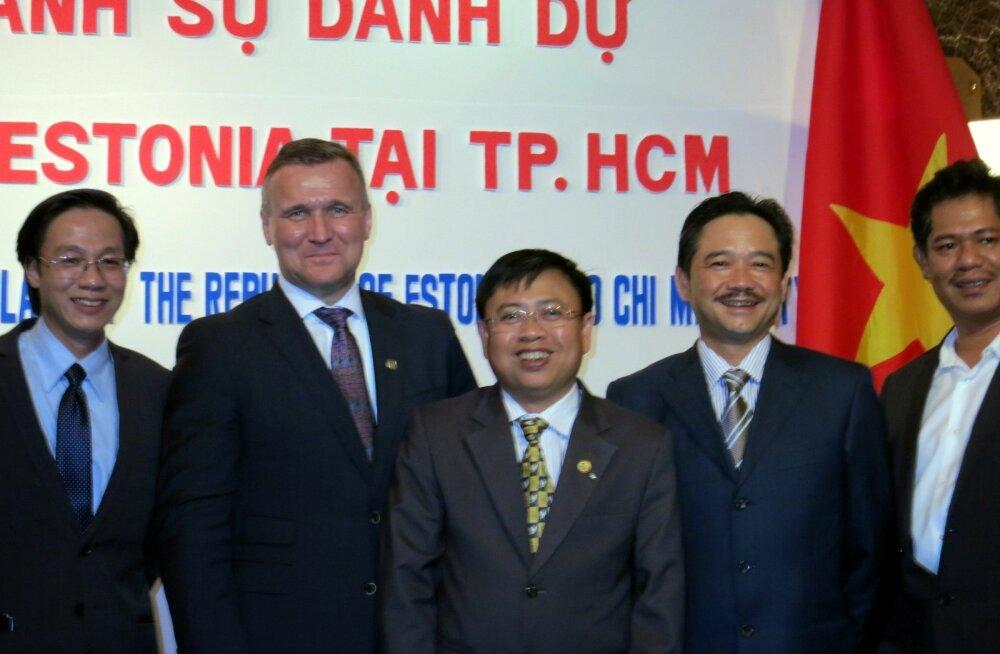 Eesti suursaadik Vietnamis, Toomas Lukk (vasakult teine), avas Eesti esimese aukonsulaadi Vietnamis asukohaga Hồ Chí Minhis. Eesti aukonsuliks on Do Van Muoi (keskel).