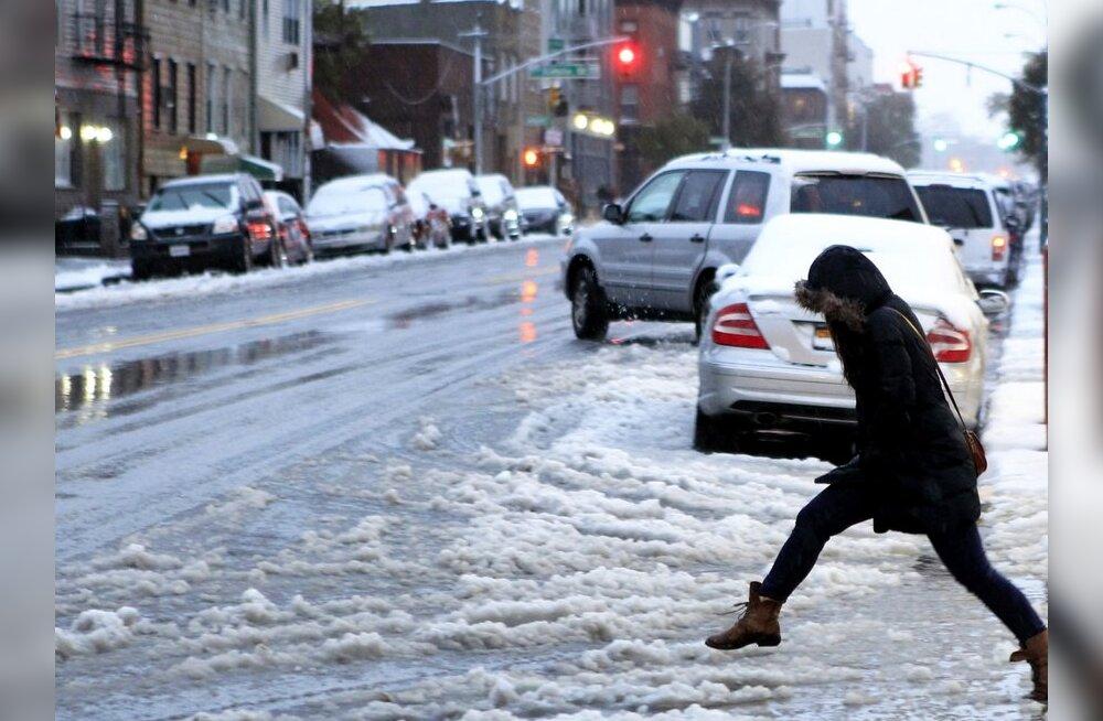 FOTOD: USA idarannikut kimbutab lumetorm, New Yorgis tuli lumi maha