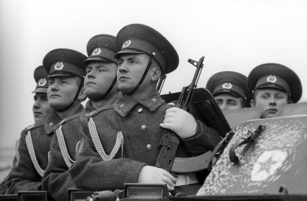 Vähemalt kaheaastasene teenistus Nõukogude armees tuli läbi teha kõigil, kes ei põdenud rasket haigust ega pidanud üleval mitme lapsega peret.