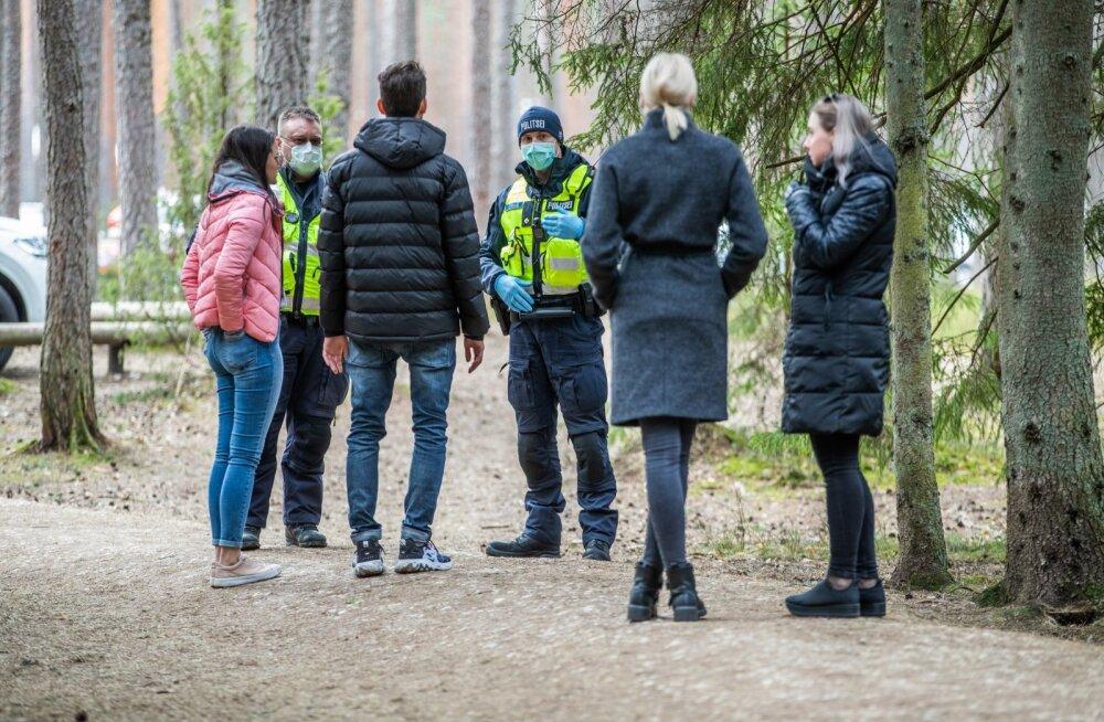Politseinikud Viru raba juures selgitustööd tegemas.