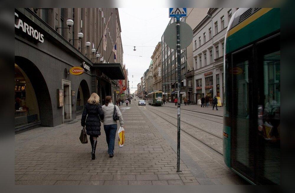57b250a7a10 Helsingis lamas Stockmanni kaubamaja ees Eestist pärit alasti mees ...